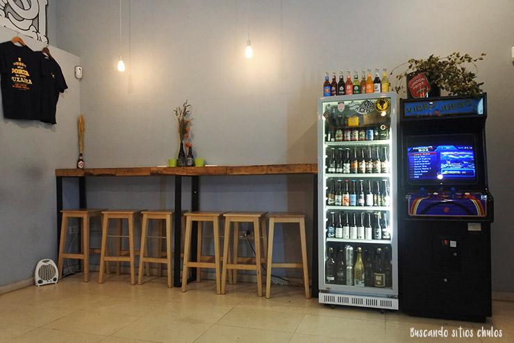 Cámara fría con botellines de cerveza en Señor Lúpulo