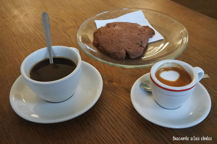 Café y cookie de chocolate casera en Five Elephant
