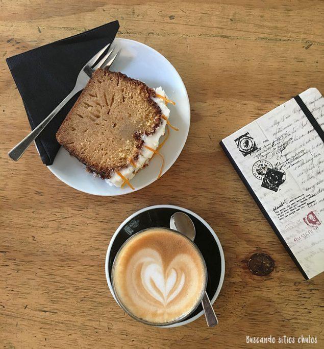 Café y tarta en Kaffee Bar