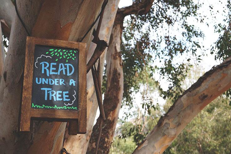 Leer bajo un árbol