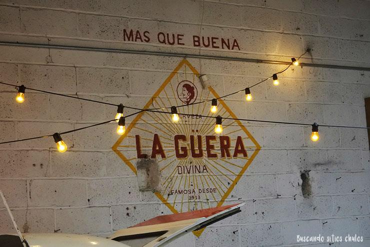 Guirnaldas de luces y cartel en la pared de Tacombi Nolita