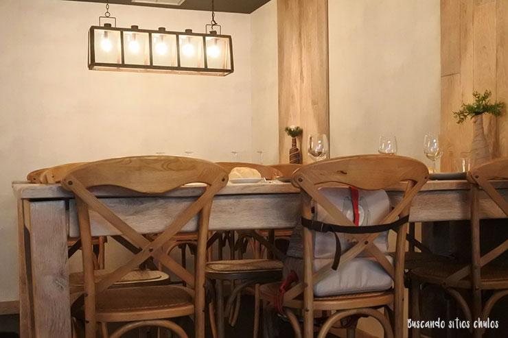 Mesa alta y sillas de madera en HacheQú Valladolid