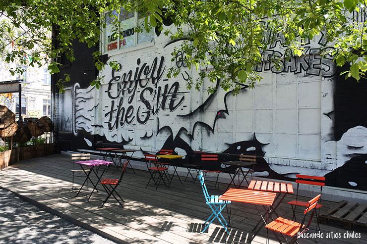 Mural pintado en la fachada de Urban Spree