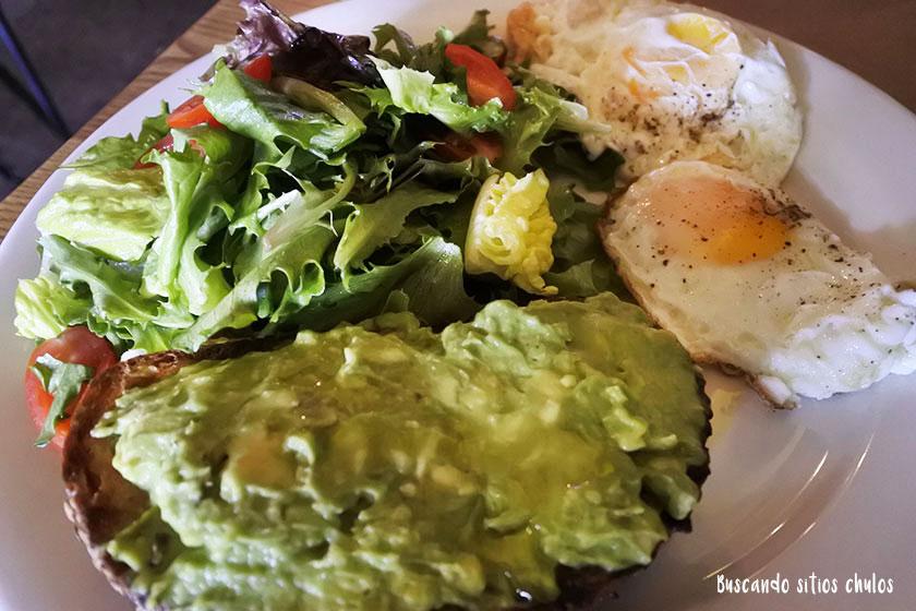 Tostada de aguacate y huevos fritos
