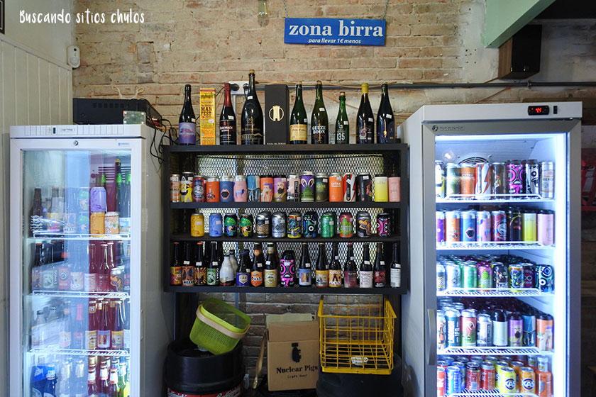 Estanterías y neveras con cervezas en Zio Pig Gijón