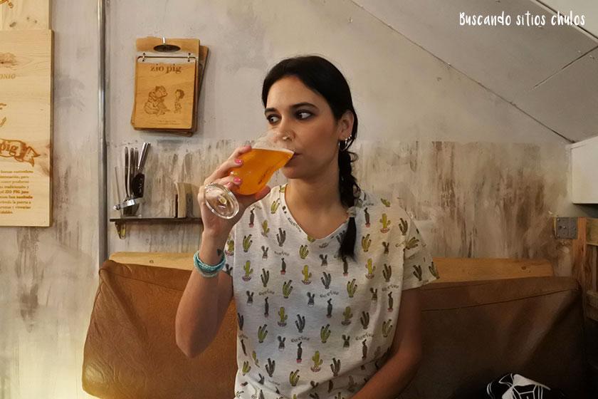 Tomando una cerveza artesanal en Zio Pig Gijón