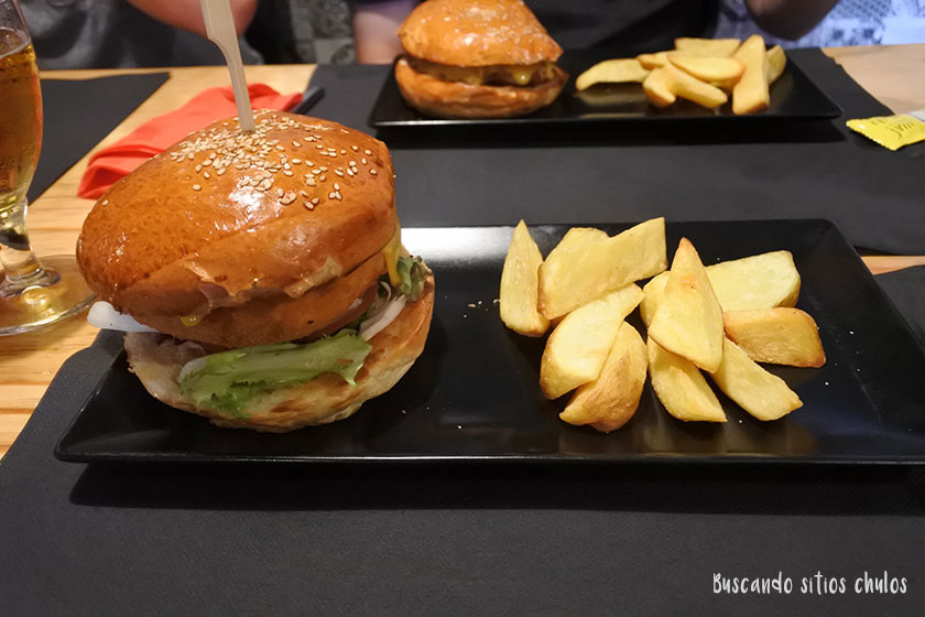 Hamburguesas en Karan Eat & Socialize