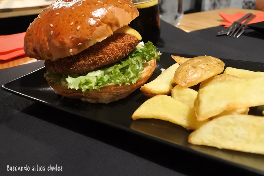 Hamburguesa de pollo en Karan Eat & Socialize