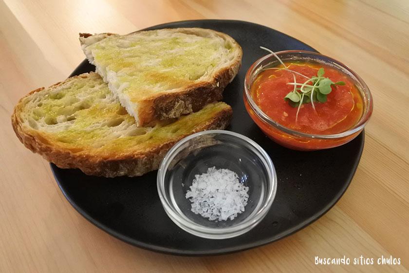 Tostada con tomate en Blackbird Valencia