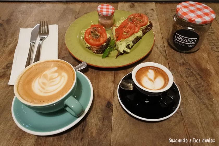 Café y tostada de aguacate en Urbano Specialty Coffee
