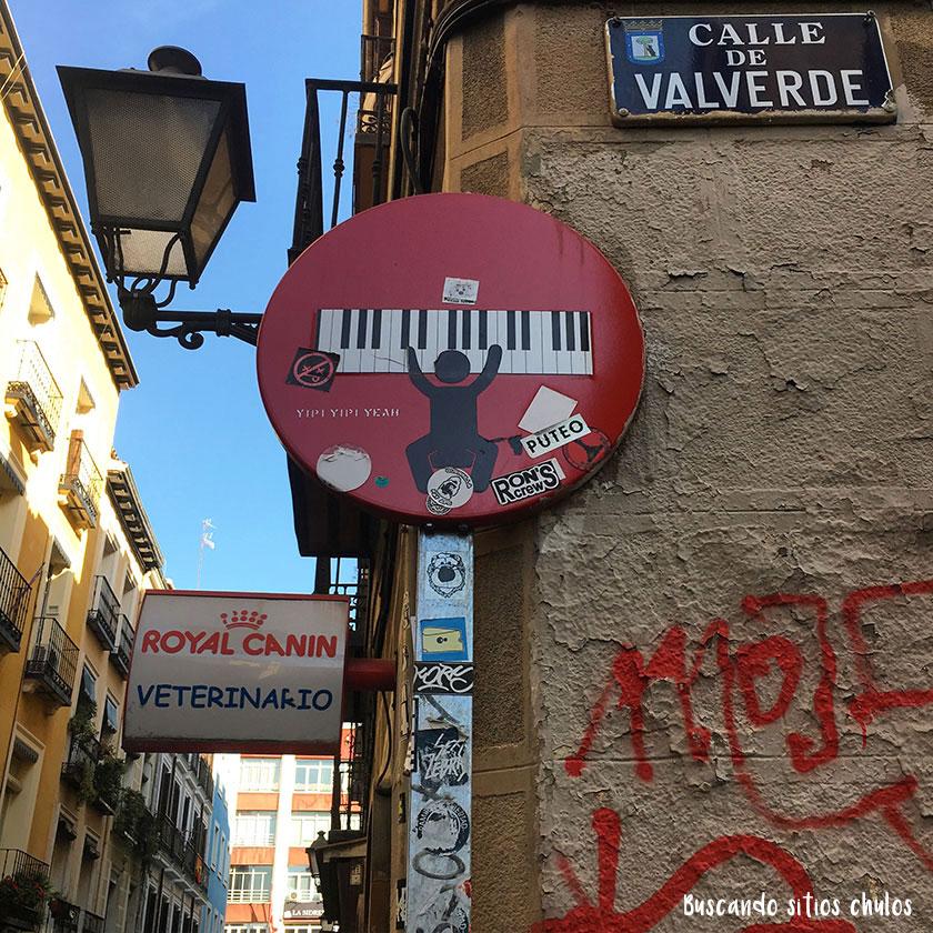 Arte urbano en señales de tráfico
