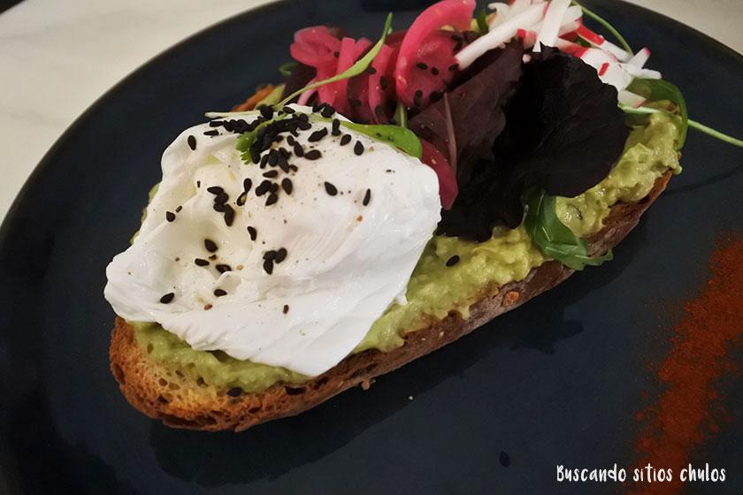 Tostada con aguacate y huevo en Dear Breakfast
