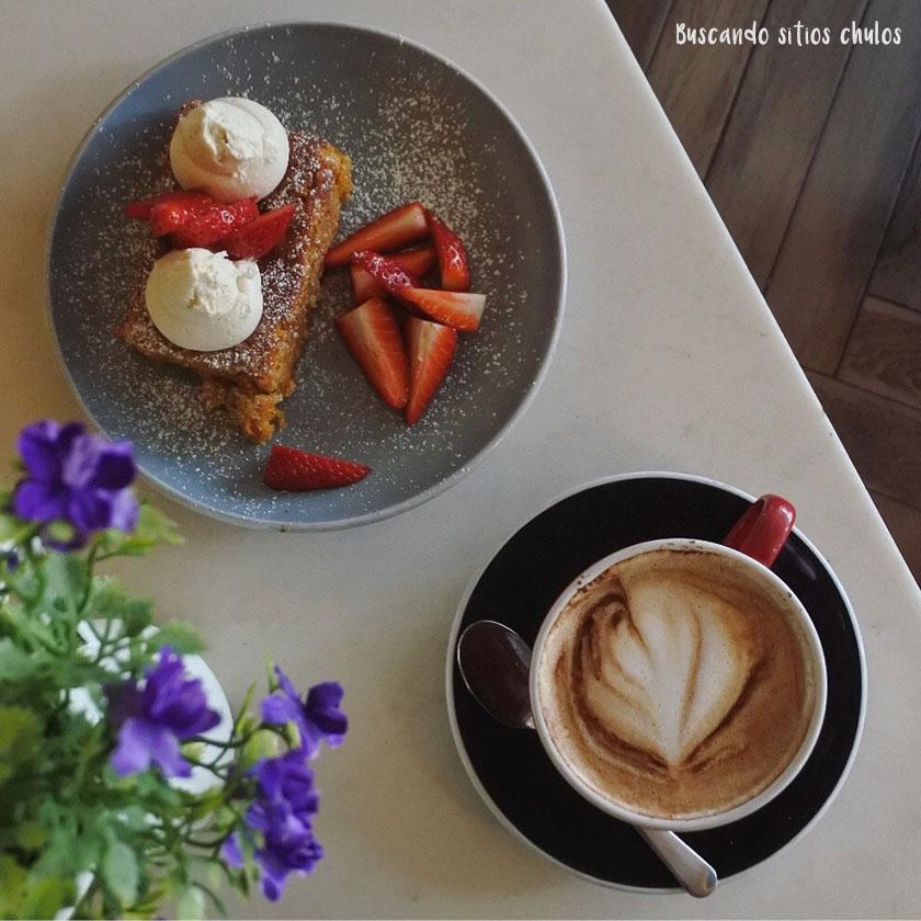 Capuccino y tarta de zanahoria en Nicolau Café