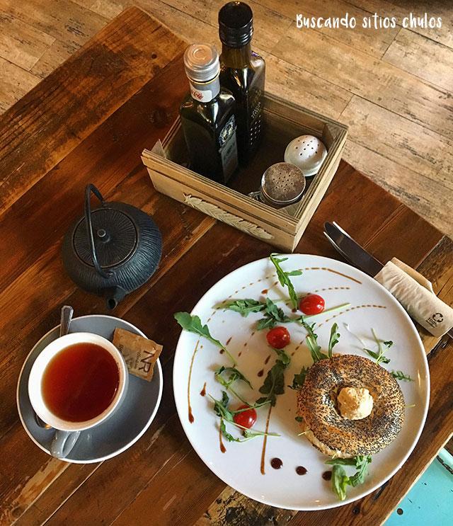 Bagel de hummus en el Árbol Brunch
