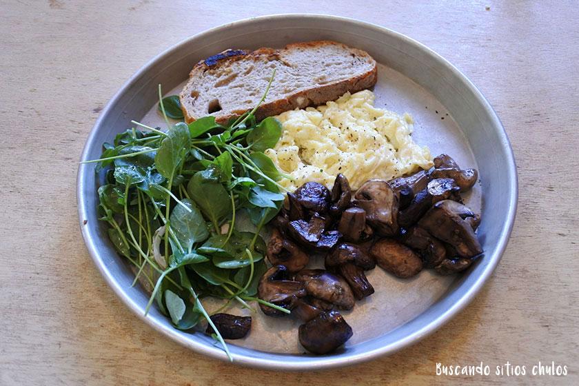 Huevos revueltos con champiñones en la Granja Petitbo
