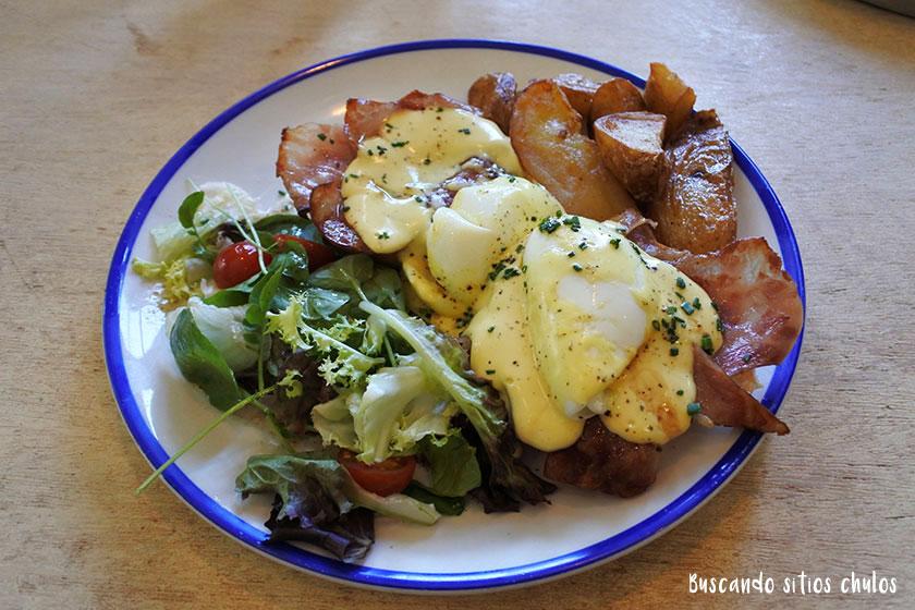 Huevos Benedict en la Granja Petitbo