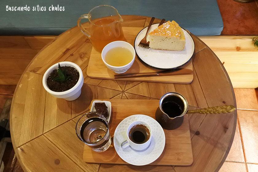 Infusión, café y bizcocho de limón en jengibre en Okaeri