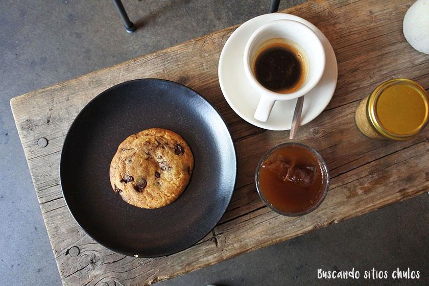 Café y cookie en Distrikt Coffee Berlín