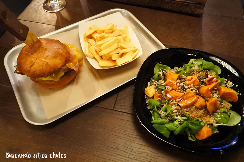 Ensalada y hamburguesa en BrewDog Barcelona